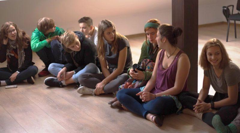 Tineri din Sebeș joacă teatru în ambasada României din Berlin